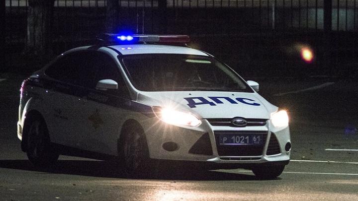Двух человек зажало между столкнувшимися машинами в Ростовской области