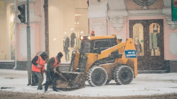 В Ростове на борьбу с последствиями метели вышли полторы сотни снегоуборочных машин