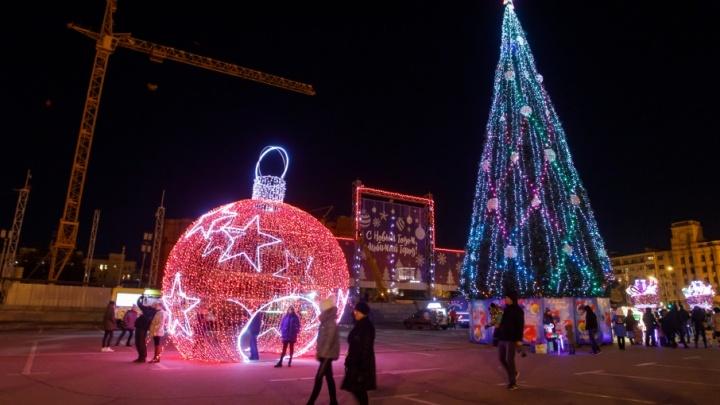 В Волгограде с понедельника начнут разбирать главную елку и украшения