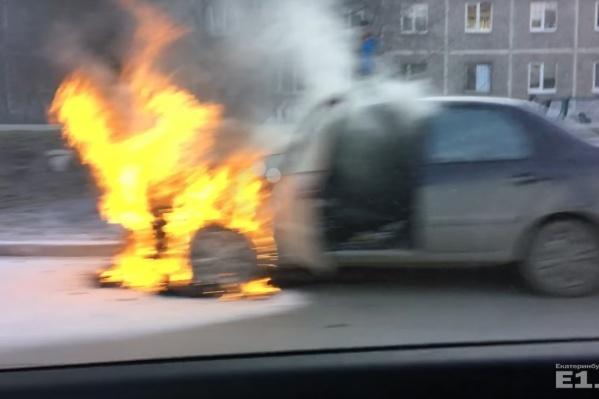 Проезжавшие мимо автомобилисты спасли водителя Lada Granta.