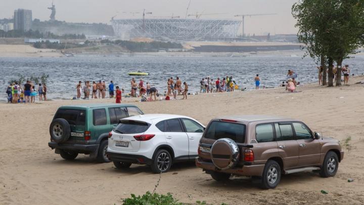 «Я паркуюсь, как …»: волгоградские автохамы не стесняются на пляжах и тротуарах