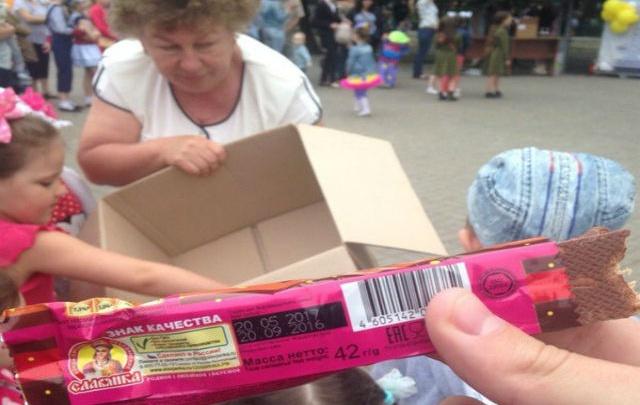 В День защиты детей маленьким батайчанам раздавали просроченные сладости