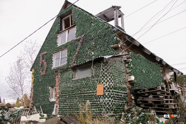 Дом из бутылок начали строить больше десяти лет назад.