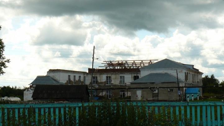 Слава богу, рухнула: разбираемся в истории «школы на подпорках» в посёлке Щучье Озеро