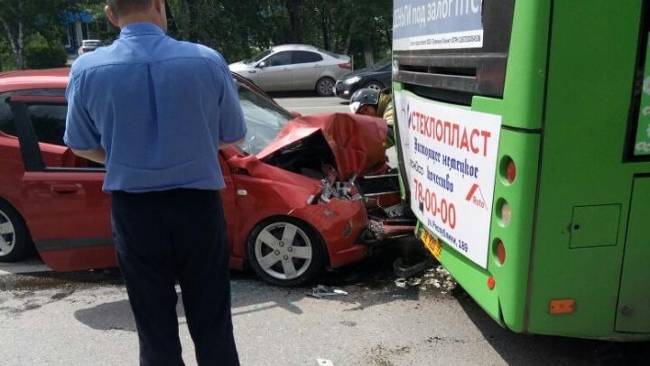 На улице Республики легковушка влетела в автобус: пострадали четыре человека