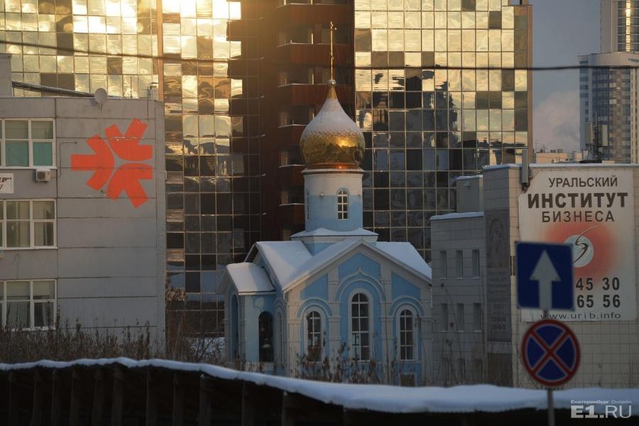 Бело-голубая Казанская церковь стоит на пересечении Шейнкмана и переулка Центральный Рынок.