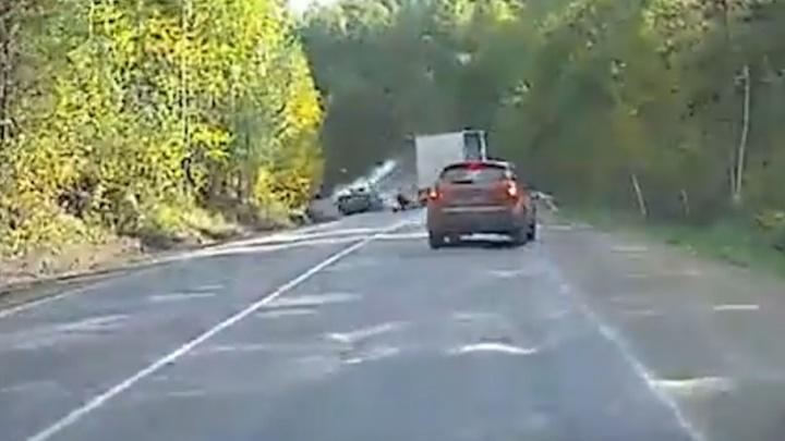 Момент аварии под Миассом, в которой водитель потерял руку, попал на видео