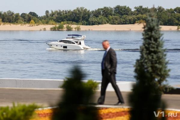 Дмитрий Медведев изучил Волгу с борта шикарной яхты