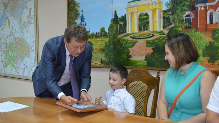 Пятилетнему поклоннику Владимира Путина из Новочеркасска вручили портрет президента с его факсимиле