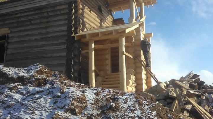 В пинежской деревне бригада рабочих бесплатно восстанавливает деревянную колокольню