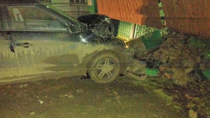 Снес кирпичную стену: в Самарской области пьяный водитель устроил ДТП