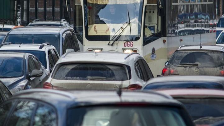 Загруженность дорог на проспекте Сиверса и улице Пойменной достигла отметки в 10 баллов