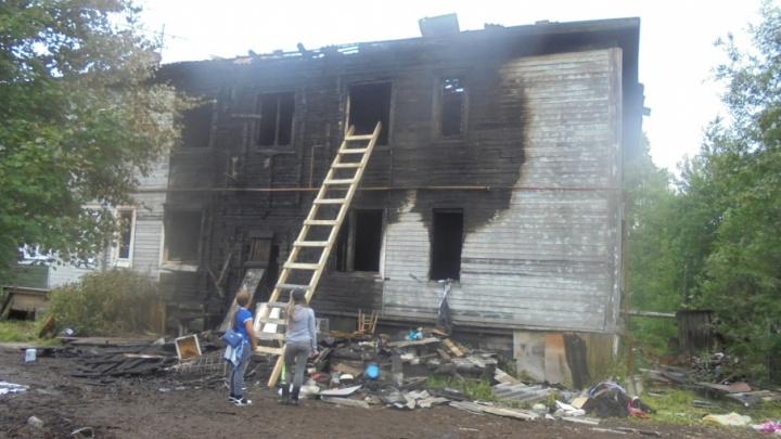 Жители горевшего дома в Маймаксе прыгали из окон, спасаясь от огня