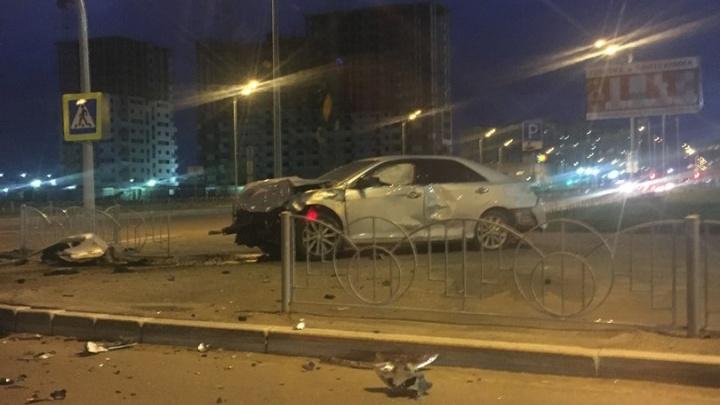 В Тюмени на улице Менделеева столкнулись две иномарки: есть пострадавшие