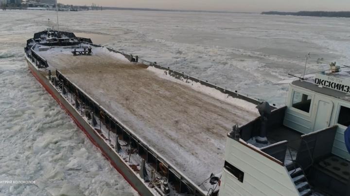 Застывший во льду: на Волге застрял паром «Окский-35»