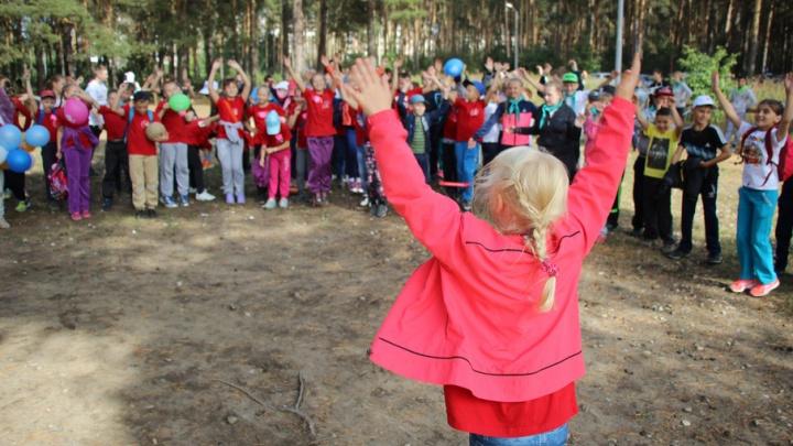Положите резиновые сапоги и пришейте метку на одежду: собираем ребенка в детский лагерь