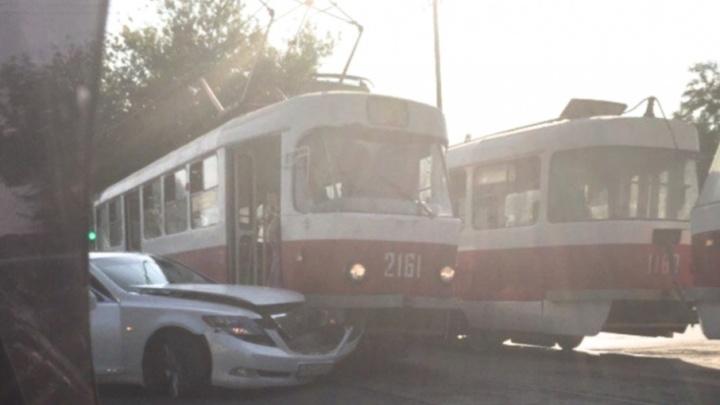 В Самаре на улице Промышленности трамвай протаранил Lexus