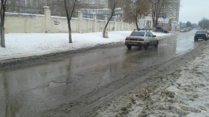 «Летят, как плохие пломбы»: свежие латки на дорогах Волгограда не дожили до весны