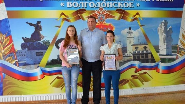 Начальник волгодонской полиции наградил девушек, спасших жизнь забытой в песочнице малышки