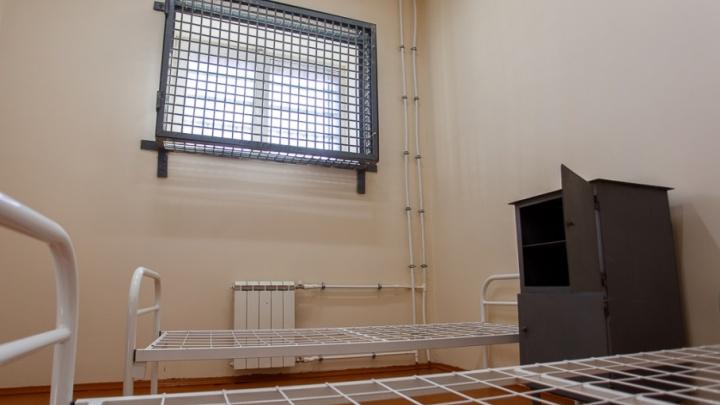 В Волгограде младший инспектор СИЗО получил семь лет строгого режима за четыре сотовых телефона