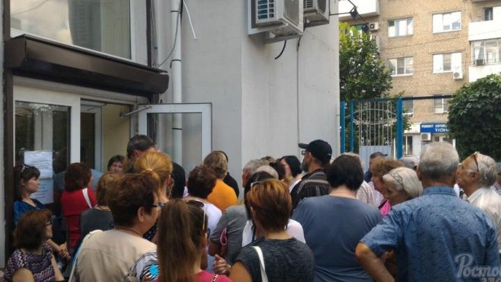 Под стенами Водоканала собралась очередь в 300 человек