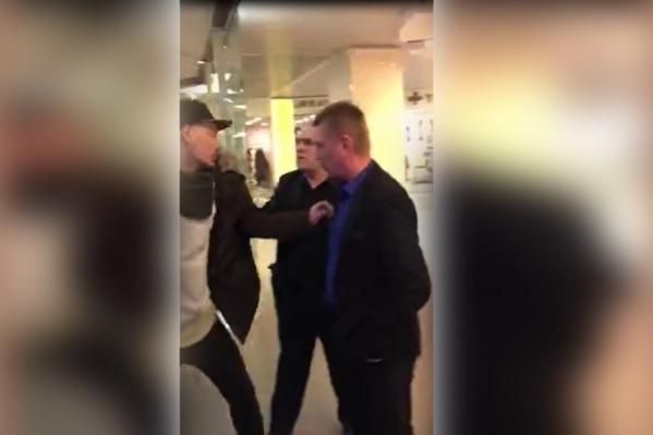 Конфликт начался после того, как охрана потребовала от посетителей покинуть торговый центр