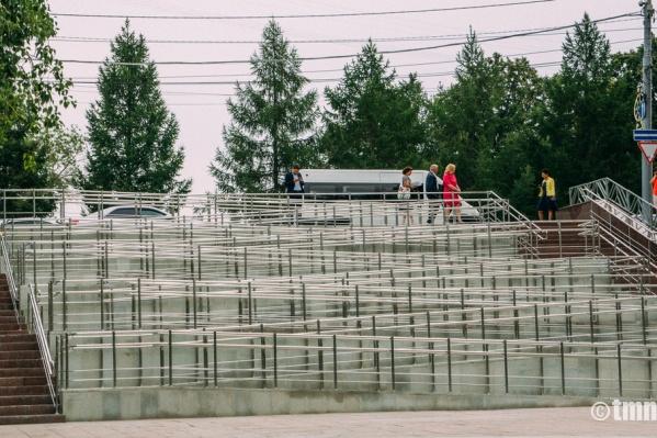 Новый пандус в Тюмени, установленный на спуске к стадиону «Геолог».