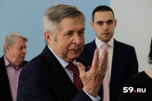 Виктор Савиных пообещал школьникам, что будет приезжать к ним каждый год
