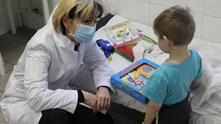 Мальчика, найденного с пьяной мамой на теплотрассе, оставили  в больнице