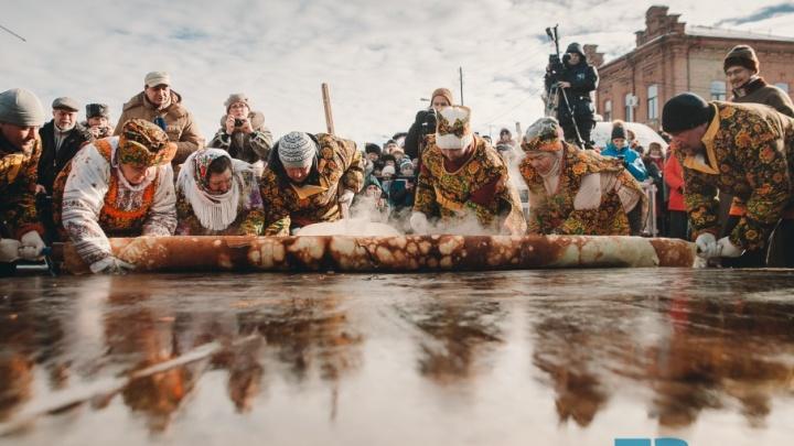 Рецепт гигантского блина и неуправляемая толпа: 13 самых ярких кадров с Масленицы в Ялуторовске