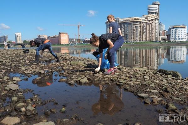 На уборку реки вышло около сотни горожан.