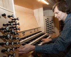 Владимир Хомяков сыграет музыку в стиле рок на челябинском органе