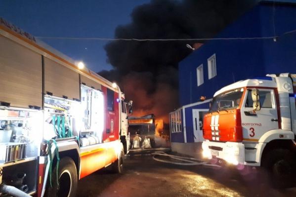 Для тушения крупного пожара огнеборцам потребовался дополнительный подвоз воды