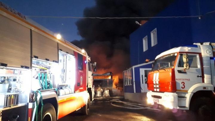 Огонь на складах Волгограда бушует на площади больше тысячи квадратных метров