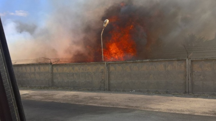Под Волгоградом горит заброшенная воинская часть