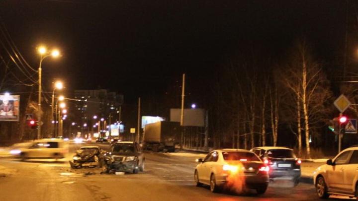 В Архангельске две иномарки не поделили дорогу