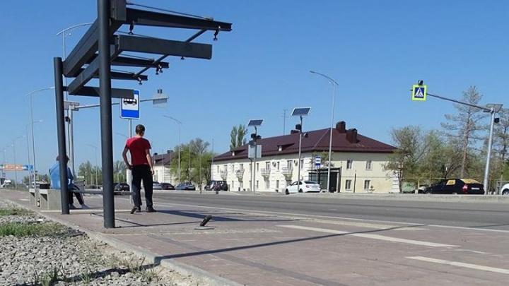 В поселке Аэропорт новая остановка не выдержала встречи с автомобилем