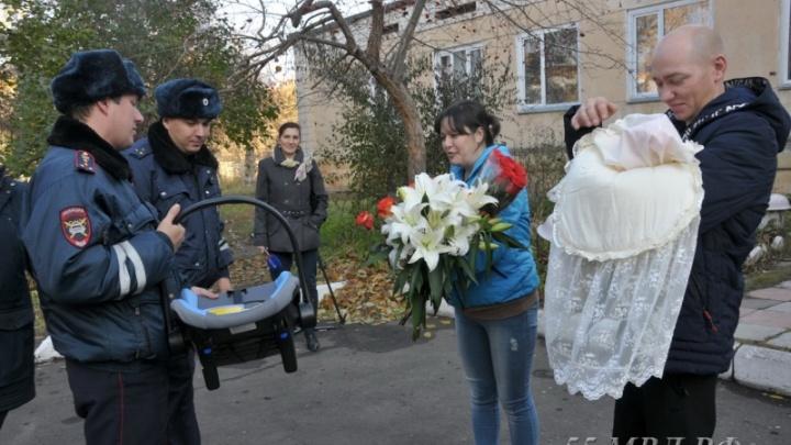 Омичку, которая начала рожать на тюменской трассе, встретили из роддома сотрудники полиции