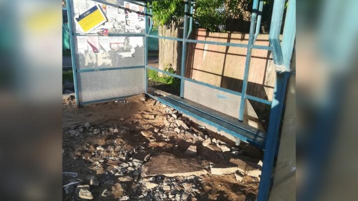 На Перекопе жители разбомбили камнями некрасивую автобусную остановку