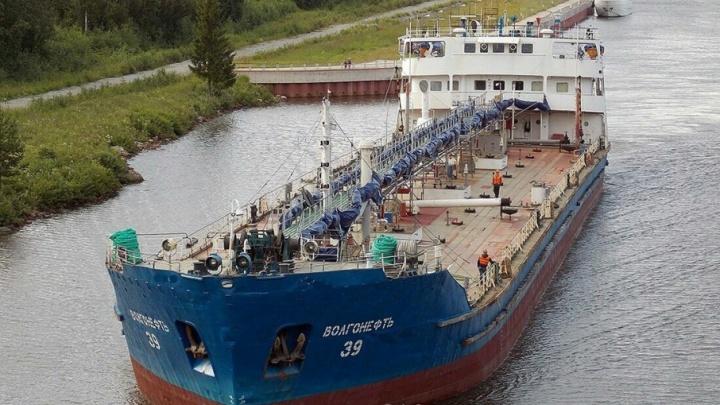 В Волгограде судебные приставы арестовали нефтяной танкер