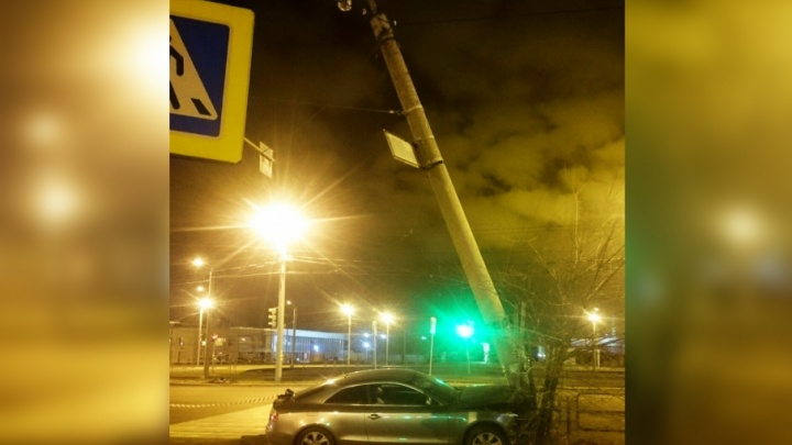 «Весь капот всмятку!»: в Челябинске Audi A5 впечаталась в столб