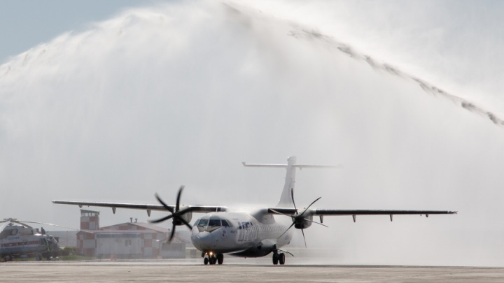 В волгоградском аэропорту облили водой первый самолет из Казани