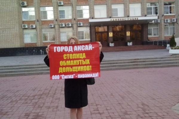 Пикет возле администрации Аксая длился 15 минут, затем Ангелину Даниловцеву забрала полиция