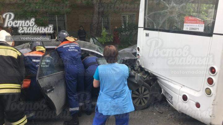 В Ростове легковушка протаранила автобус
