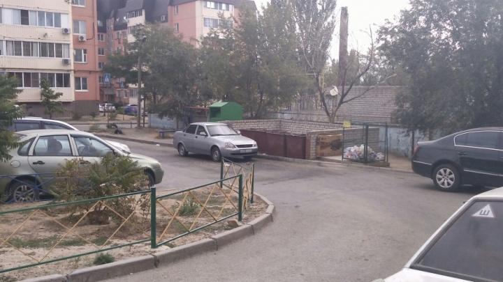 Под Волгоградом машину горе-парковщика украсили мусорными мешками