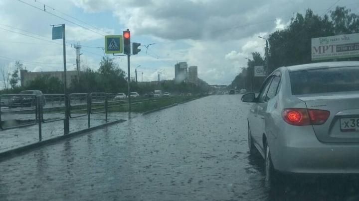На северо-запад Челябинска обрушился ливень с градом
