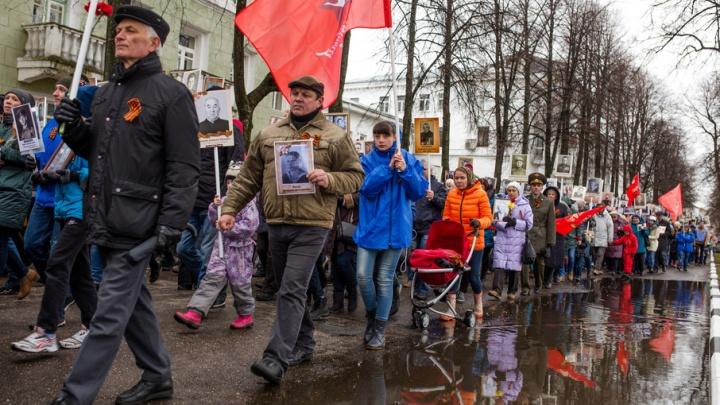 Пройти ровным строем «Бессмертному полку» в Ярославле помешали лужи