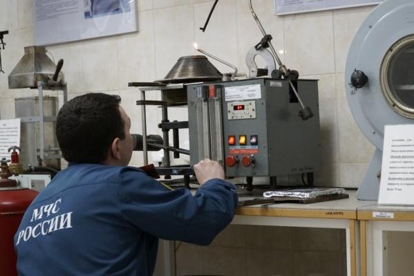 Узнать точную причину пожара помогает специальное оборудование, установленное в испытательной лаборатории