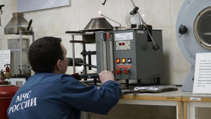 Из-за чего в Тюмени горят квартиры и почему опасно оставлять мобильный на зарядке: гуляем по лаборатории МЧС
