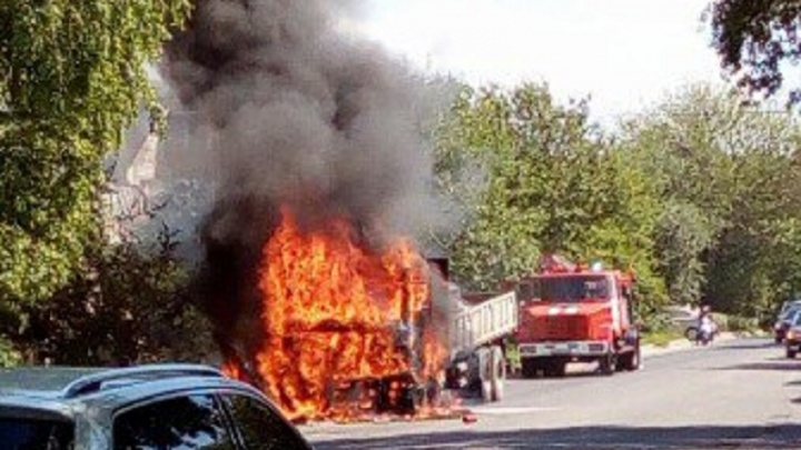 В Ростове на Щаденко спасатели потушили грузовик